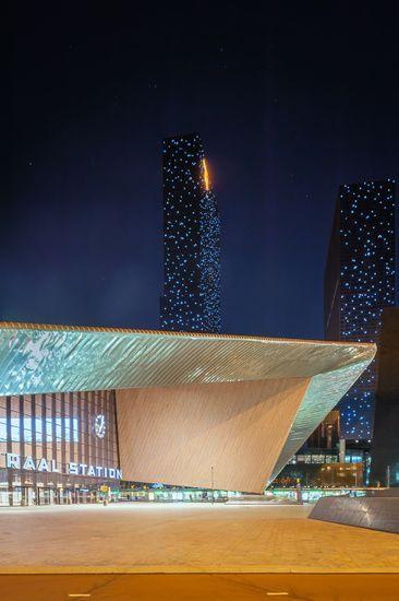 Rotterdam Centraal Station met de torens van de Delftse Poort verlicht als een sterrenhemel.