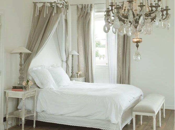 Se vi piace il french style non resisterete ad abbellire il vostro letto con un ciel de lit, il baldacchino che scende dal soffitto o dalla parete retrostante la testata del letto.  Si possono utilizzare i tessuti più disparati, a fiori, a pois, a righe, in lino o in organza, in seta o in tulle...comunque l'effetto romantico è assicurato!