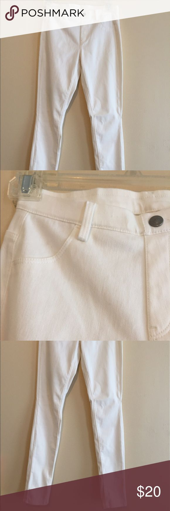 Uniqlo Legging Pants in White White jeggings from Uniqlo, XS, worn only once! Condition is like new. Only back pockets are real Uniqlo Pants