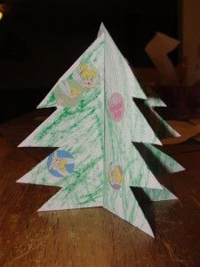 Kerst knutsel tip van Speelgoedbank Amsterdam voor kinderen en ouders: maak je eigen 3D kerstboom voor op tafel.