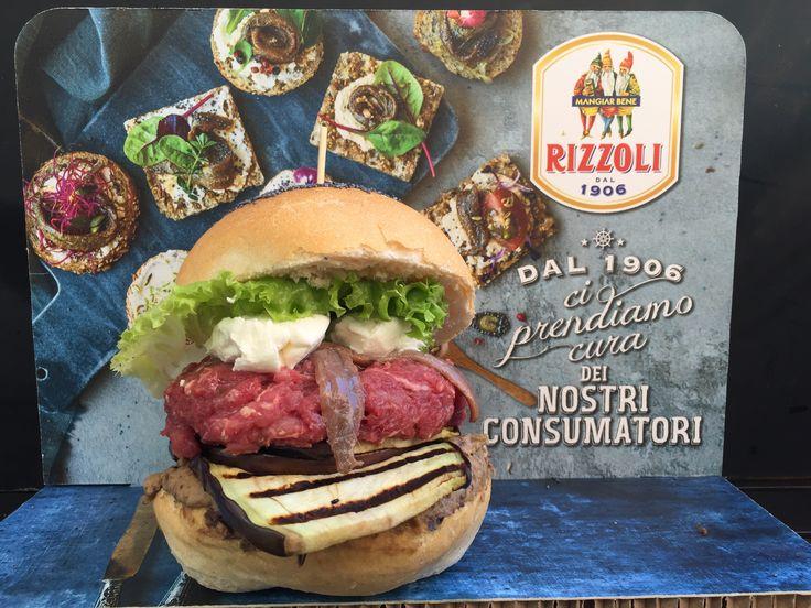 GOLA GOLA BURGER: cavallo pesto, crema di melanzane, robiola, filetti Alici del Cantabrico Rizzoli (giugno 2017)