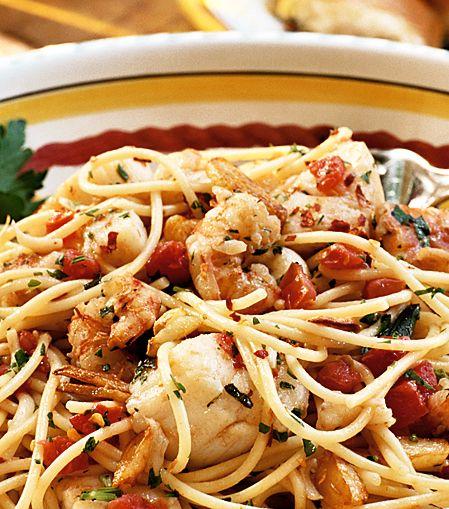 Till den här rätten passar det extra bra med tunn pasta. Till fisk- och skaldjurspasta serveras i Italien ingen parmesanost, bara extra svartpeppar från kvarn.