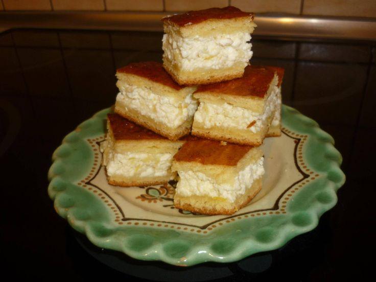 Pihe-puha túrós sütemény: egyszerű, fincsi kelt tésztás sütemény a sok túró töltelék miatt nem épp olcsó, de kiadós, így megéri elkészíteni