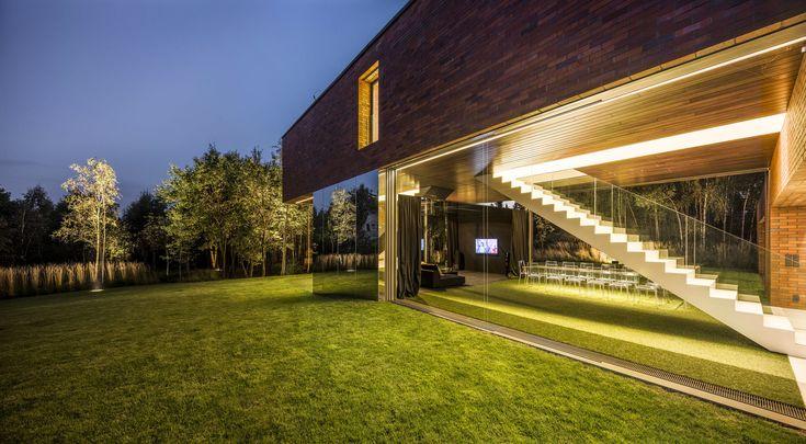 Этот частный дом построен по необычному проекту архитектурного бюро KWK Promes в Катовице, Польша. Своей формой и материалами резиденция площадью 411 квадратных метров вполне традиционна: стены из красного кирпича, двускатная крыша. Только вот второй этаж расположен перпендикулярно первому, повёр...