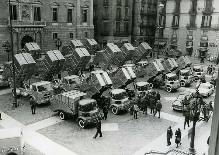 1964. Presentació dels camions escombraries a la Plaça Sant Jaume de Barcelona. AFB