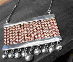 Marta Morrison, diseñadora. Plata y teatina tejida. (Teatina es una planta gramínea que se usa para tejer sombreros).