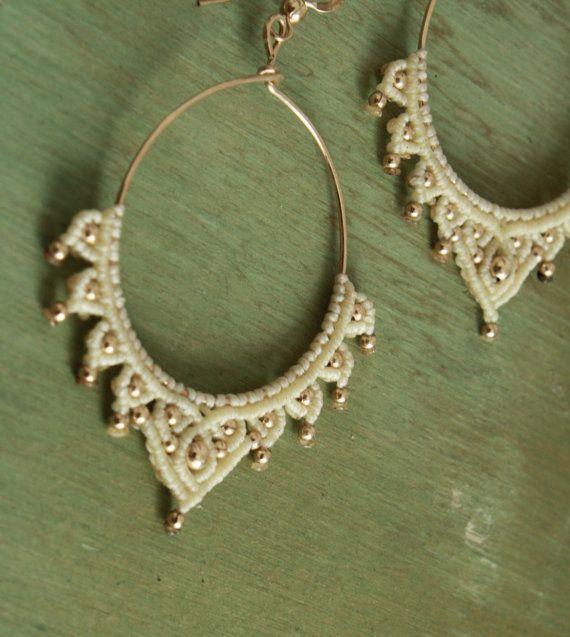 crema de pendientes hechos a mano boho y oro por yasminsjewelry