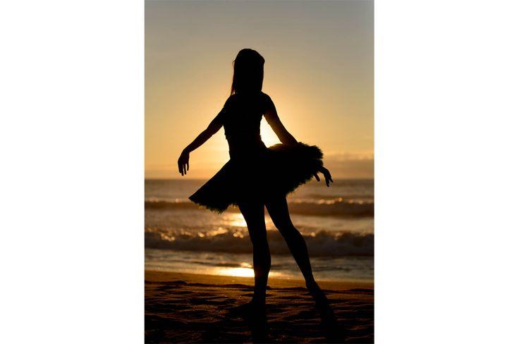 Sunset ballerina. Dancer: Carla Barrio #dance #photography, #atardecer #danza #fotografia #playa #beach