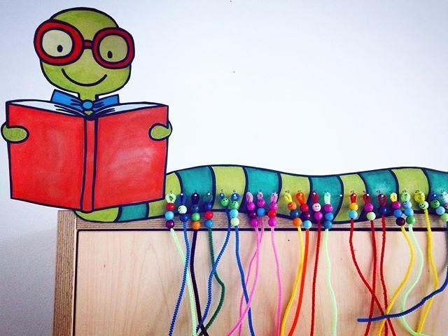 Billi der Bücherwurm ist vor zwei Wochen bei uns im Klassenzimmer eingezogen. …