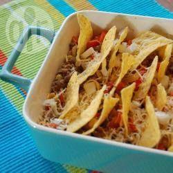 Een pittig gehaktmengsel met tortillachips, gesmolten kaas en uitjes. Serveren met rijst en eventueel een groene salade.