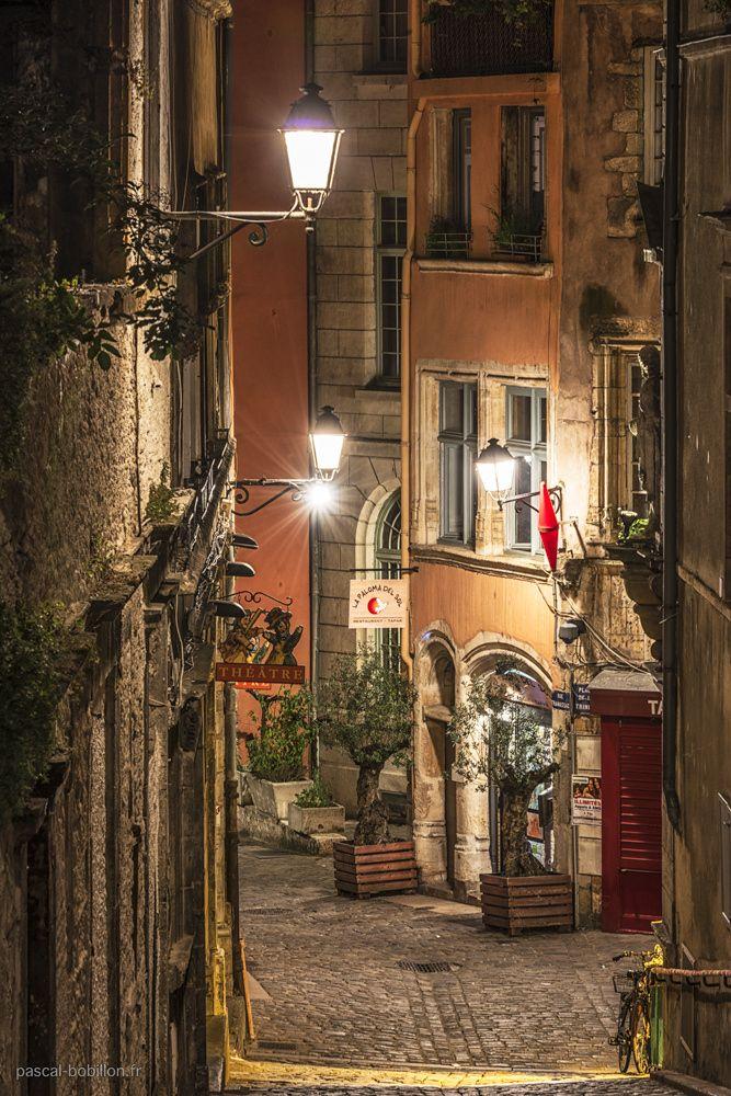 Le Vieux Lyon . A découvrir le temps d'un weekend, par exemple chez valérie et patrice qui vous hébergeront gratuitement ! http://www.myweekendforyou.com/properties/patrice-et-valerie-vous-accueillent-dans-la-capitale-des-gaules-detente-visite-et-gastronomie/