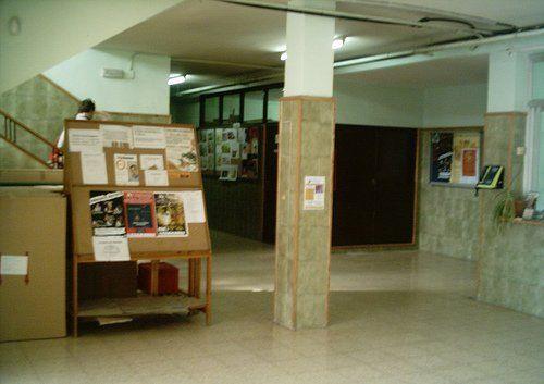 En este edificio se encuentran Secretaría, Jefatura de estudios y la Sala de profesores, así como numerosas aulas divididas en tres plantas, donde se imparten las clases de E.S.O. y el Curso Preparatorio para la Prueba de Acceso a Ciclos de Grado Superior.