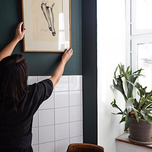 Idag målar vi ett kök i Vasastan i Stockholm. Supersnygga Chicken Coop från den nya inredningskollektionen fick pryda väggen. Resultatet ser ni i nästa nummer av Alcro trend! Styling: @emmawallmen foto: @klassjoberg #alcrotrend #inredning #inredningsinspo #inredningsinspiration #kulör #kulörval #kulörinspo #kulörinspiration #styling #stylist #måla #målahemma #färgsätt #färgsättning #färg #inredningskollektionen #målakök