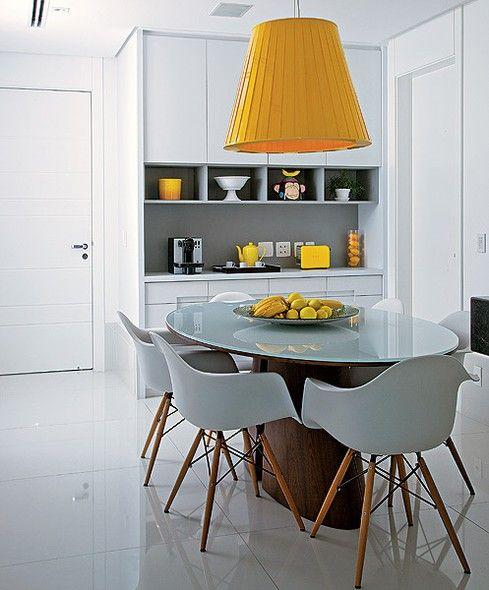 Invista em acessórios. Sai muito mais barato e menos trabalhoso do que trocar os móveis. A arquiteta Ligia Resstom elegeu a cor amarela para...