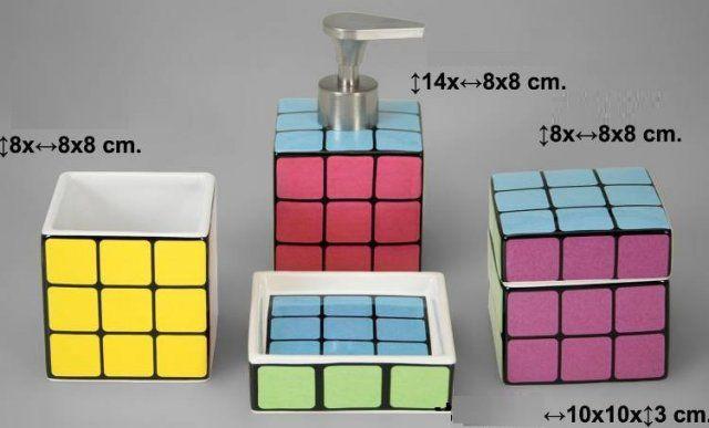 JUEGO DE BAÑO RUBIK CERÁMICA. SET 4 PIEZAS COMPUESTO POR: DOSIFICADOR DE JABÓN CERÁMICA 14x8x8 cm VASO DE CERÁMICA 8x8x8 cm JABONERA DE CERÁMICA 10x10x3 cm CAJA ALGODONES DE CERÁMICA 8x8x8cm IVA incluido *También disponible escobillero, no incluido en el precio