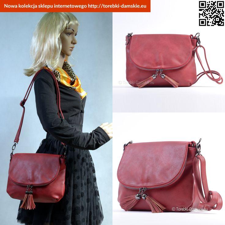 Nowa wersja #torebki w kolorze czerwonym (ciemny odcień), z klapką, długim paskiem - tzw. listonoszka. Ozdobne frędzle. #handbags