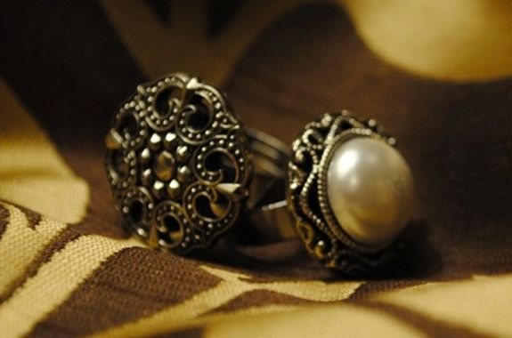 DIY button rings...  whaaaaat?  They look so lovely and not homemade.