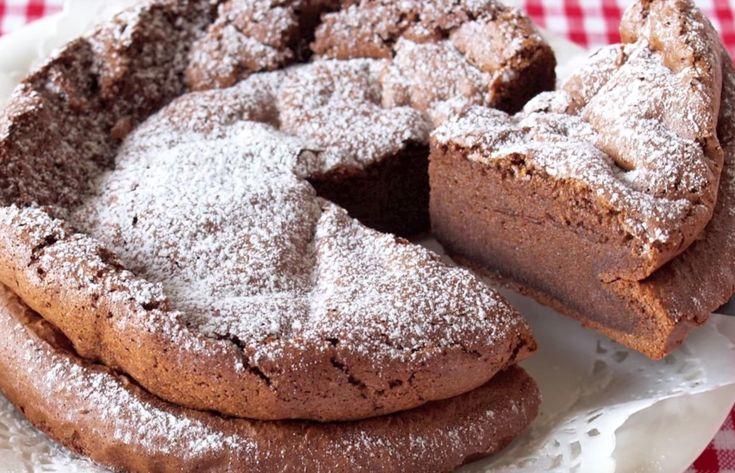 Kahden raaka-aineen suklaakakku— kuulostaako liian hyvältä, ollakseen totta? Et tarvitse lukuisia raaka-aineita tai kummempia keittiötaitoja luodaksesi kauniin ja herkullisen suklaakakun. Käyttämällä videolla esitettyä tekniikkaa, saat kakkuun muhkeutta ilman ylimääräisiä aineksia.  Seuraa näitä