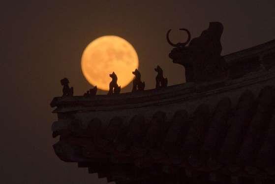 La Superluna sobre esculturas de la Ciudad Vieja de Pekín (China). - NICOLAS ASFOURI