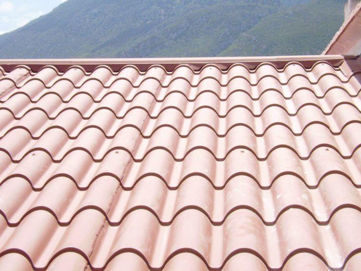 Κοντινό πλάνο όψης στέγης υλοποιημένης με πάνελ κεραμίδι Ρωμαϊκό.