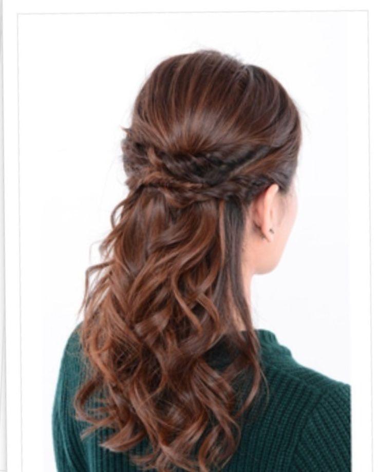 ちょっと凝ったツイストハーフアップヘアアレンジ術。ロングカットの人はしっかりカールを付けていつもと違う印象の髪型に。