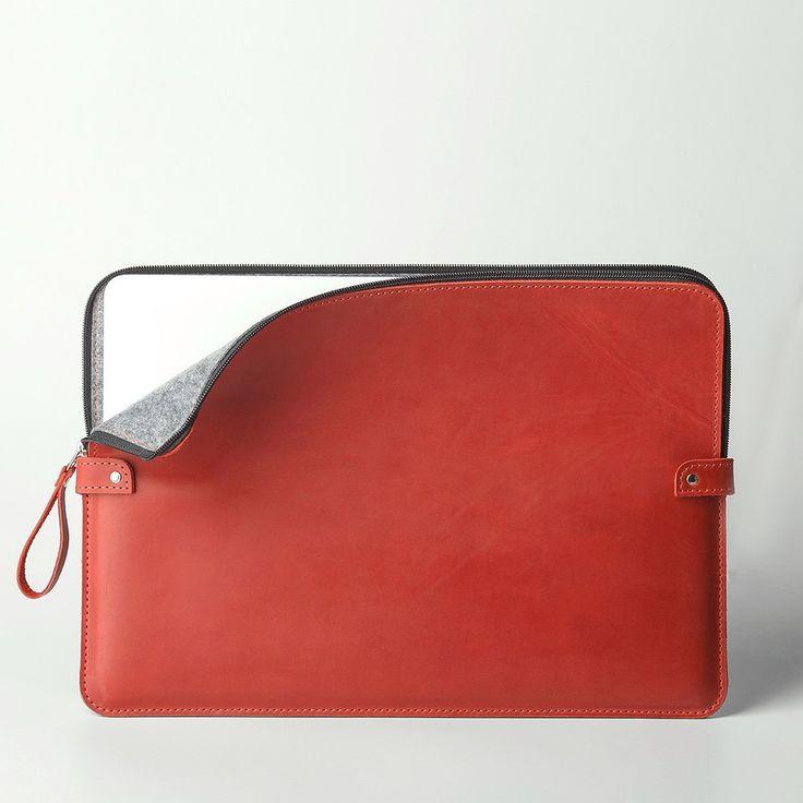 Červené pouzdro pro MacBook vyrobené z pravé kůže. Ruční výroba s použitím strojního šití s možností vyražení vlastního loga či nápisu.
