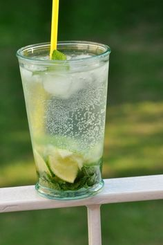 Comment faire un bon Mojito ? pour chaque verre 8 belles feuilles de menthe 2 cl sirop sucre canne 1 demi-citron vert 4 cl de rhum blanc Perrier ou eau pétillante au choix Glace pillée