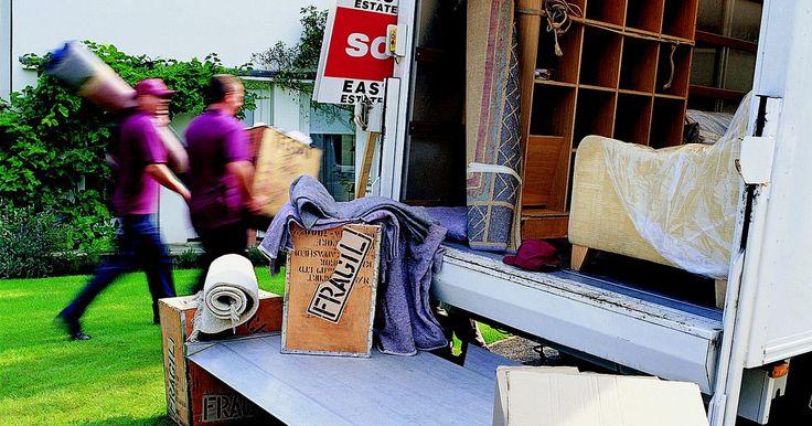 Como embalar a mobília para mudança. Mudar seus pertences para uma nova casa é estressante o suficiente sem o potencial dano que isso inflige em seu precioso mobiliário. Como você pode garantir que a sua relocalização não resultará a uma mesa de jantar riscada, uma cômoda lascada ou uma perna de cadeira quebrada? A solução é embalar seus móveis para protegê-lo de danos. Veja como.
