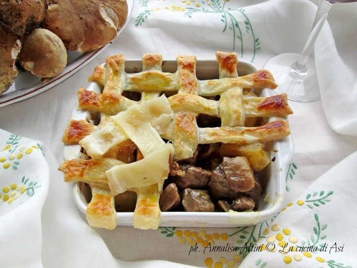 Un profumato e gustoso spezzatino di vitello con patate e funghi ingabbiato in una rete di pasta sfoglia...buono e bello! Ricetta carne La cucina di ASI