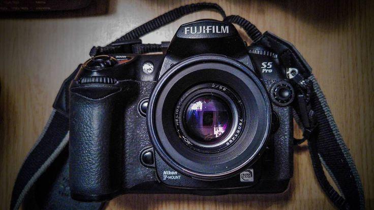 """The fuji S5 pro with helios 58mm F2. Photo taken on my #lgg4 phone. #fuji #fujis5pro #vintage #vintagelens #dlsr #oldandnew #fujifilm #helios #helios44…"""