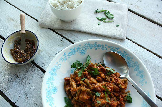 Een echte Surinaamse favoriet: bruine bonen met rijst. In dit recept is kipfilet gebruikt en is er ook wat kousenband mee gestoofd.