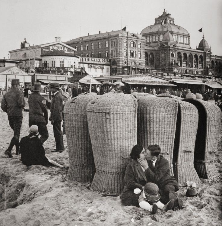 Erich Salomon: Kissing couple on the beach, Scheveningen, Holland, 1930