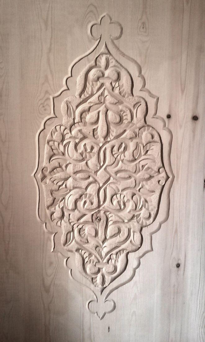 sculpture en bas relief, taillée aux ciseaux à bois. Motifs végétaux avec l'enchevêtrement des branches. À noter, la beauté de la finition des feuilles.