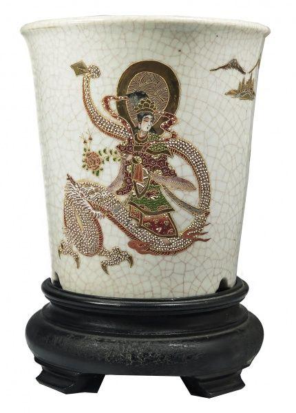 SATZUMA - Vaso de porcelana japonesa craquele, em relevo decorado e policromado. Marca em seu revers