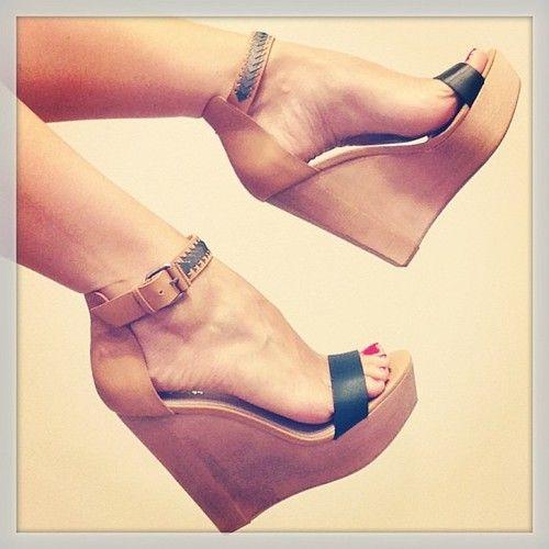 Mais confortáveis que os finos, os saltos anabela são uma boa opção, ainda mais com a meia pata que compensa o salto na frente!