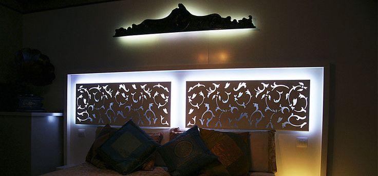 Cabecero de cama retroiluminado con LED RGB. Realizado en Corian®.