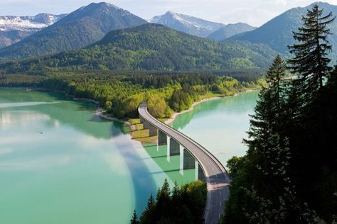 Auf Deutschlands Ferienstraßen ist der Weg tatsächlich das Ziel. Im Foto: eine Brücke über dem Sylvensteinspeicher in Bayern