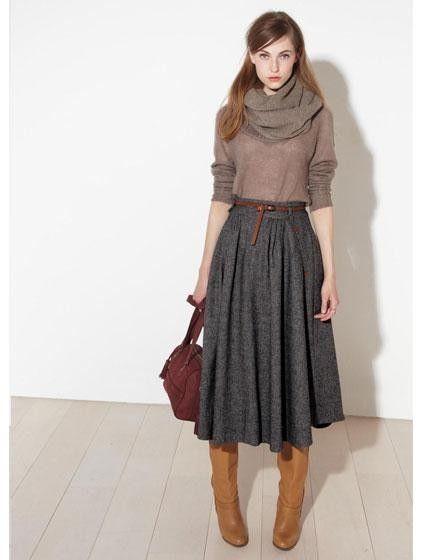 Длинная юбка, коричневые сапоги, красная сумка
