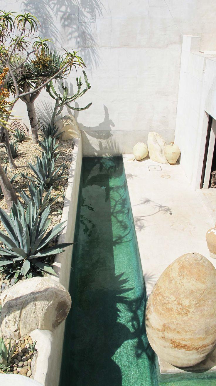 Color blanco: protege la envolvente de la radiación solar; Pasillo de agua perimetral: refrigeración evaporativa de modo natural; se crea una atmósfera húmeda.