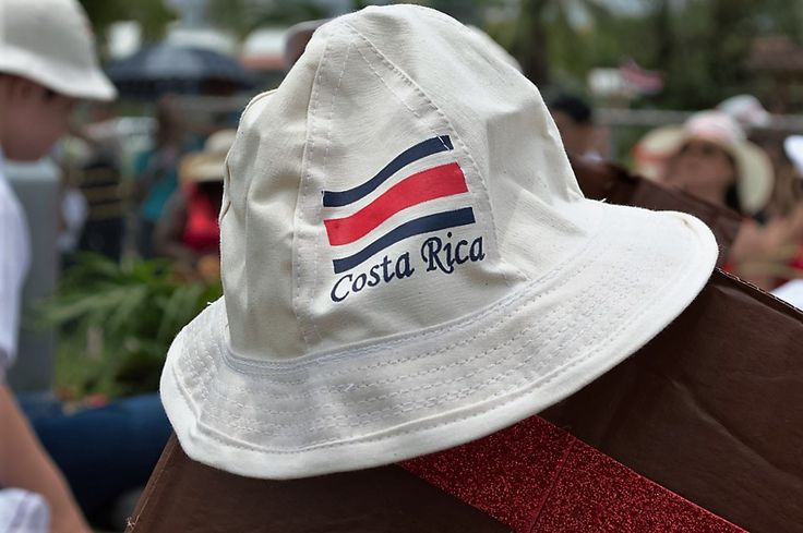 La celebración de la Independencia en Costa Rica nos llena de alegría y esperanza. En estas actividades encontré momentos que deseo compartir. El sombrero típico con nuestra bandera fue uno de ellos.