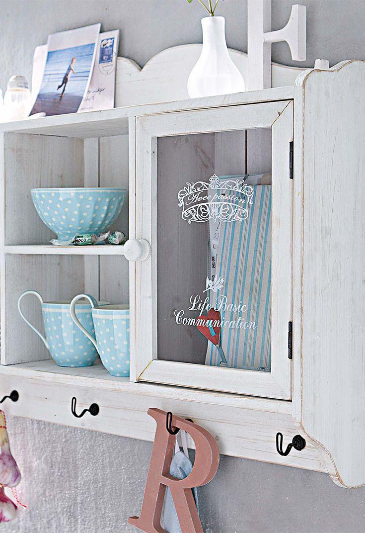 Ein Hauch nostalgisch und vor allen Dingen praktisch: Der Wandschrank ist ein zauberhaftes Basic für deine Kücheneinrichtung. Im trendigen Chabby-Chic bietet er hinter seinen Vitrinentüren mit Glaseinsatz viel Platz für Geschirr und Deko – und noch dazu praktische Haken für Accessoires.