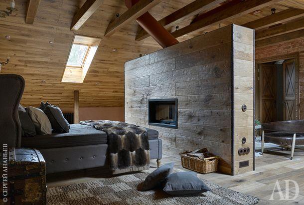 Спальня хозяев в мансарде. Кровать, LeHome. Старинный сундук — семейная собственность владельцев.