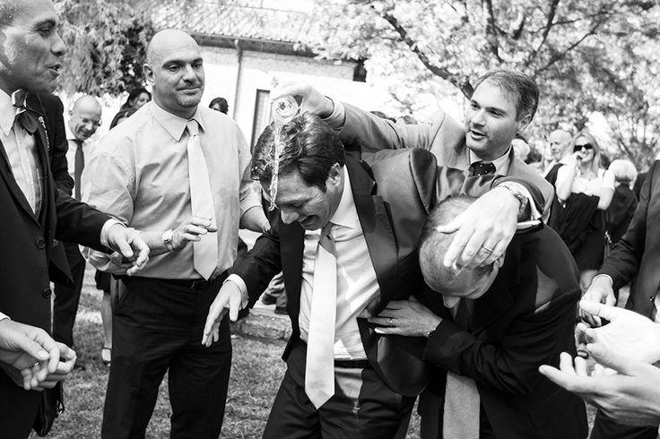 jokes during the wedding party.   www.studiopensiero.it wedding photographer in italy