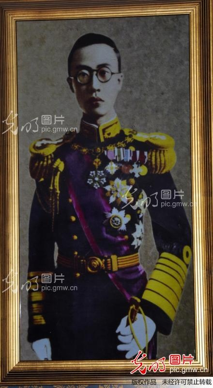henry puyi Henry puyi was ascended to the throne at the age of 2 years and 10 months by dowager empress cixi while at her deathbed because henry puyi was put into throne.