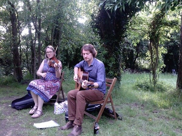 Steve Crawford und Sabrina Palm spielten beim gestrigen Familientag eindrucksvolle, teils selbstkomponierte schottische Folkmusik in der Grünen Spielstadt in Bonn-Dransdorf. Das Kunst ohne Strom-Sommerprogramm lockt noch bis September mit verschiedenen Programmpunkten ins Grüne.
