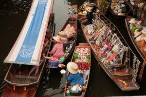 Já pensou em fazer compras num mercado flutuante? sim é possivel em muitos locais no mundo, mas neste video, viajamos até à Tailandia, mais concretamente em Damnoen Saduak.