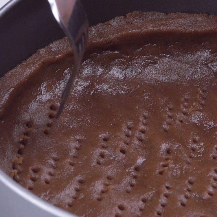 Cremoso pastel de mousse de chocolate con una rica cubierta de rejilla #mousse #chocolate #cubierta #rejilla #postre #pastel #fondant