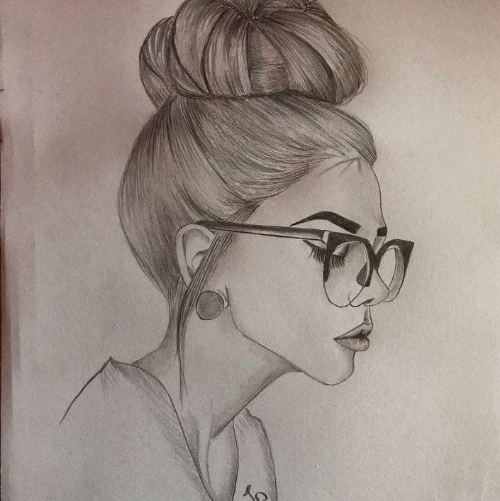 Garota usando óculos com coque na cabeça.
