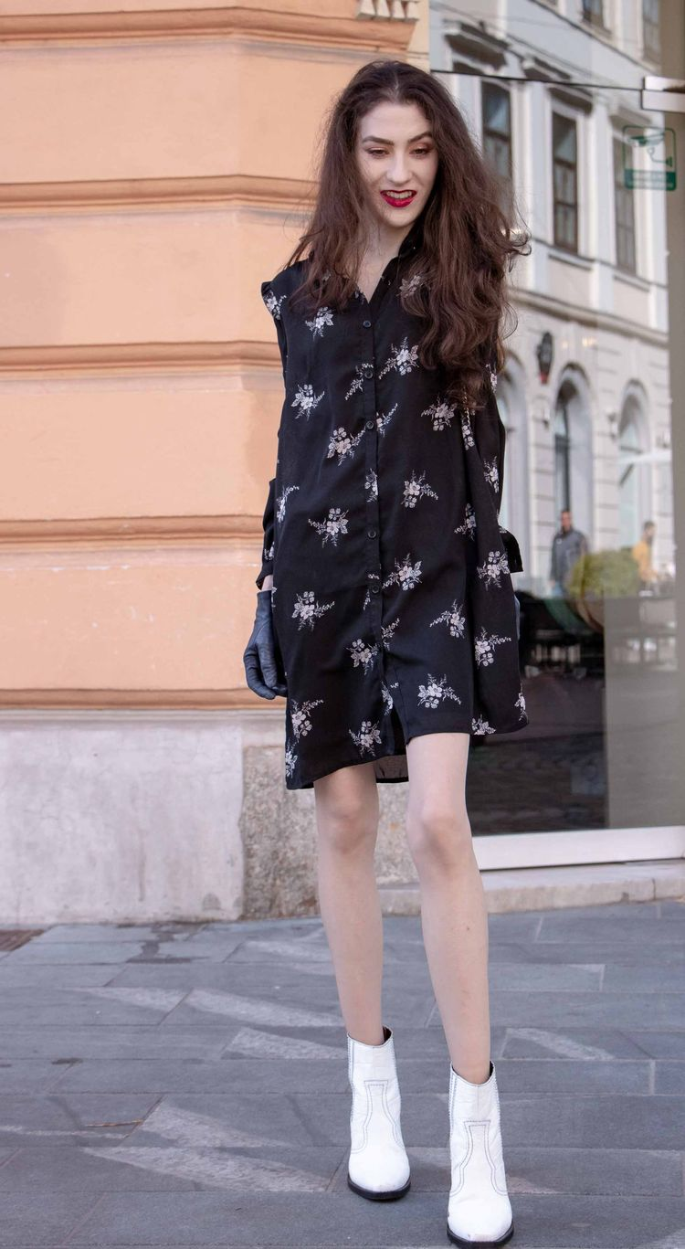 1b31cc5a Fashion Blogger Veronika Lipar of Brunette from Wall Street sharing how to  wear fall floral print