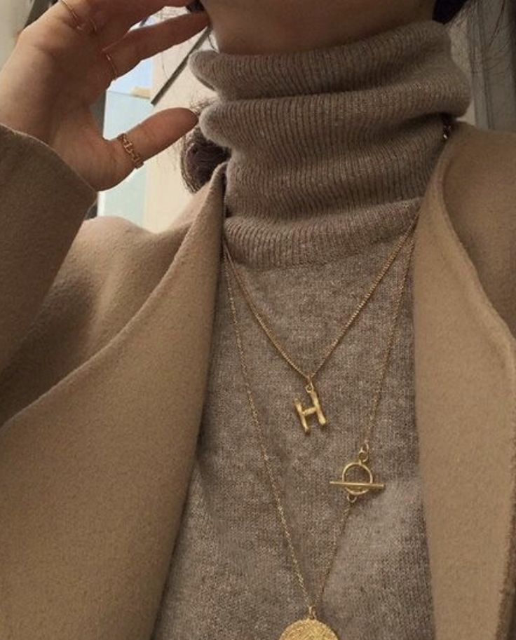 pinterest @kyliieee | layered gold necklaces over a turtleneck | gold necklace stacking ideas winter – PIN Blogger